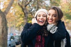 Filles de meilleur ami huggging dehors Photos libres de droits