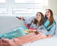 Filles de meilleur ami observant l'observation de filles de meilleur ami de cinéma de TV Image stock