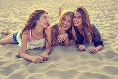 Filles de meilleurs amis au sable de plage de coucher du soleil Photos libres de droits