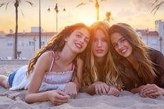 Filles de meilleurs amis au sable de plage de coucher du soleil Images libres de droits