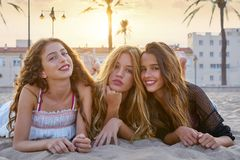 Filles de meilleurs amis au sable de plage de coucher du soleil Photographie stock