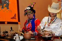 Filles de minorité servant le thé, 2013 WCIF Photographie stock libre de droits