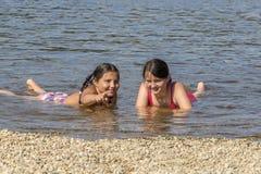 filles de plage peu jouant Photographie stock