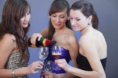 Filles de réception buvant du champagne Images stock