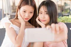 Filles de remorquage faisant le selfie Photo libre de droits