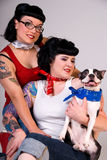 Filles de Rockabilly et chien terrier de Boston. Photographie stock