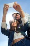 Filles de Selfie prenant des photos avec un smartphone Photographie stock libre de droits