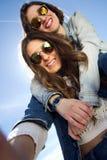 Filles de Selfie prenant des photos avec un smartphone Images libres de droits