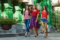 Filles de soeurs de beauté sur la rue de ville Photos stock