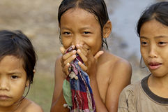 Filles de sourire du Laos dans un village traditionnel le long du Mekong Photographie stock libre de droits