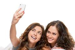 Filles de sourire faisant le selfie à la maison Photographie stock