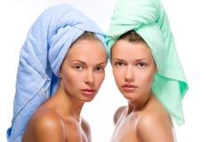 filles de station thermale après bain Photos stock