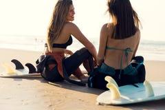 Filles de surfer à la plage Image libre de droits