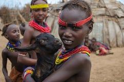 Filles de tribu éthiopienne de Dassanech avec une chèvre de bébé photo libre de droits