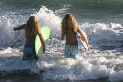 Filles de vague déferlante Photo stock