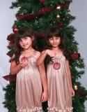 Filles diverses avec des ornements de Noël Photographie stock