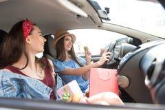 Filles drôles voyageant dans un véhicule après l'achat Image stock
