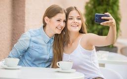 Filles en café d'été Image libre de droits