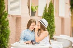 Filles en café d'été Photo stock