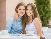 Filles en café d'été Photographie stock