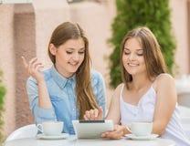 Filles en café d'été Images stock