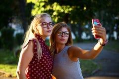 Filles en verres faisant le selfie sur la rue Photographie stock libre de droits