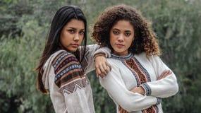 Filles et amis hispaniques de l'adolescence sérieux image stock