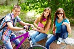 Filles et cycliste Photos libres de droits