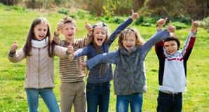 Filles et garçons d'école primaire passant le temps ensemble Photographie stock