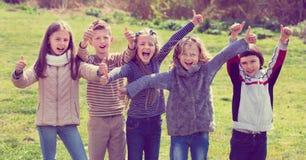 Filles et garçons d'école primaire passant le temps ensemble Images libres de droits