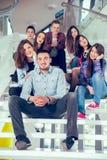Filles et garçons de l'adolescence heureux sur les escaliers école ou université Photographie stock libre de droits