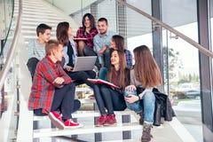 Filles et garçons de l'adolescence heureux sur les escaliers école ou université Images libres de droits