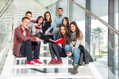 Filles et garçons de l'adolescence heureux sur les escaliers école ou université Photos stock