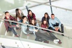 Filles et garçons de l'adolescence heureux sur les escaliers école ou université Photos libres de droits