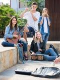 Filles et garçons de sourire avec des instruments de musique Photo libre de droits