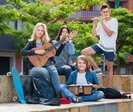 Filles et garçons heureux avec des instruments de musique Photo libre de droits