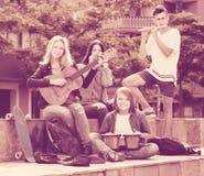 Filles et garçons heureux avec des instruments de musique Images stock