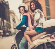Filles ethniques multi sur un scooter Image stock