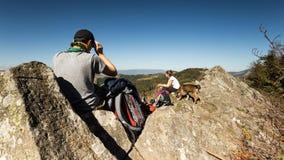 Filles explorant les montagnes roumaines un jour chaud d'automne photo stock