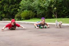 Filles faisant de la planche à roulettes Image libre de droits