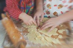 Filles faisant des biscuits cuire au four Photo libre de droits