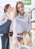 Filles faisant des emplettes au supermarché Image stock
