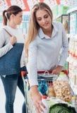 Filles faisant des emplettes au supermarché Photographie stock