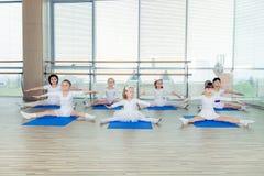 Filles faisant des exercices gymnastiques ou s'exerçant dans la classe de forme physique Images libres de droits