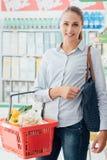 Filles faisant l'achat ensemble Image stock