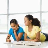 Filles faisant le schoolwork. Photos stock