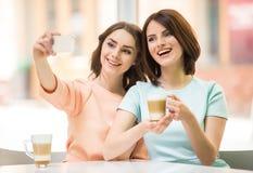 Filles faisant le selfie en café Images stock