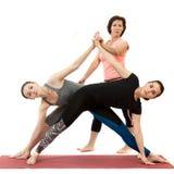 Filles faisant le yoga sous la direction d'un entraîneur photo libre de droits