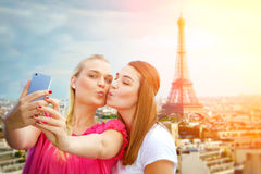 Filles faisant un selfie à Paris Image stock