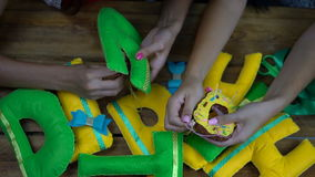 Filles faites main cousant des lettres de feutre banque de vidéos